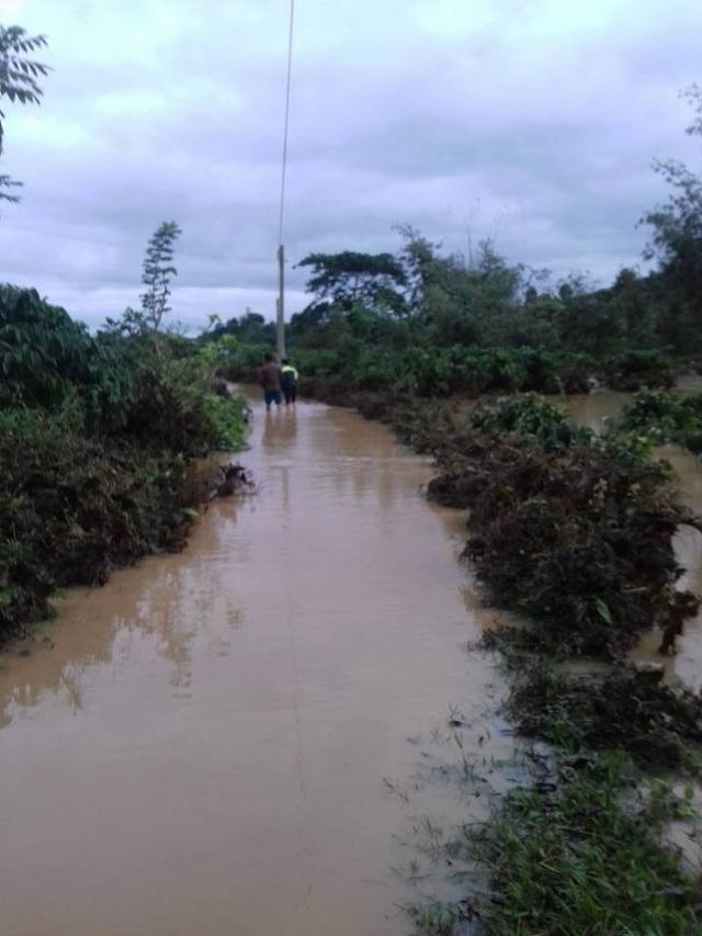 Các tuyến đường liên thôn bị nước bao trùm