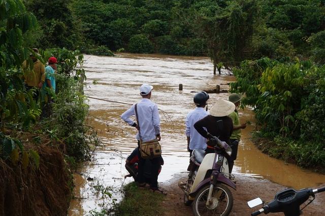 Một cây cầu dân sinh bị nước cuốn trôi khiến giao thông giữa các thôn bị chia cắt