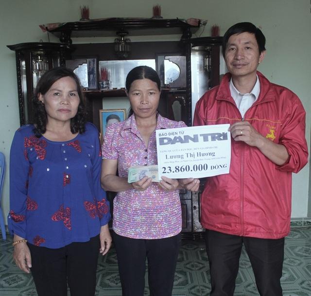 Cán bộ xã Ninh Gia (Đức Trọng) thay mặt bạn đọc báo Dân trí trao số tiền 23.860.000 đồng đến gia đình chị Lương Thị Hương