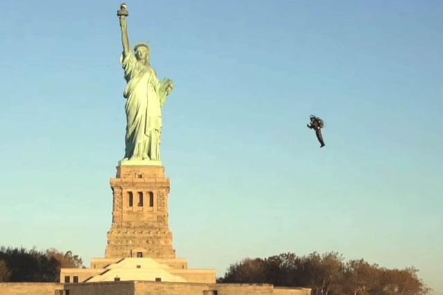 David Mayman đã bay quanh tượng Nữ thần Tự do tại New York, Mỹ (Ảnh: News)