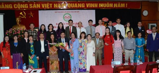 Ông Vũ Trọng Lợi, Chủ tịch Liên đoàn Yoga Việt Nam cùng các thành viên ban chấp hành nhận hoa chúc mừng từ lãnh đạo Tổng cục thể dục thể thao.