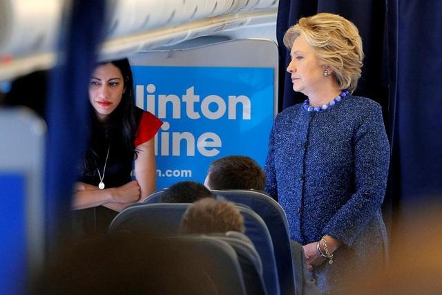 Bà Hillary Clinton trò chuyện cùng các thành viên trong chiến dịch tranh cử, trong đó có nữ trợ lý Huma Abedin, trên chuyên cơ tại White Plains, New York ngày 28/10.
