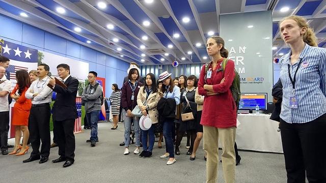 Các bạn trẻ theo dõi kết quả bầu cử tổng thống cùng Đại sứ Mỹ tại Việt Nam Ted Osius ở Đại sứ quán Mỹ tại Hà Nội. (Ảnh: Mạnh Thắng)