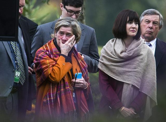 Một nữ nhân viên lau nước mắt trước những chia sẻ của ông chủ Nhà Trắng. (Ảnh: Reuters)