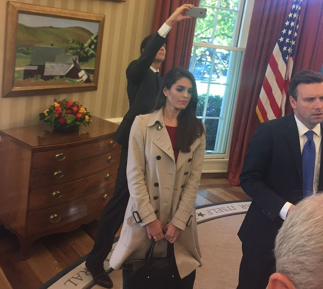 Jared Kushner, con rể của ông Trump, chụp ảnh cuộc gặp tại phòng Bầu dục. Cô Hope Hicks, phụ trách truyền thông của ông Trump, cũng có mặt. (Ảnh: Dailymail)