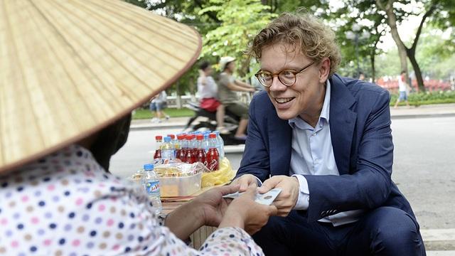 Nhà ngoại giao Thụy Điển thanh toán tiền nước cho chị chủ quán.
