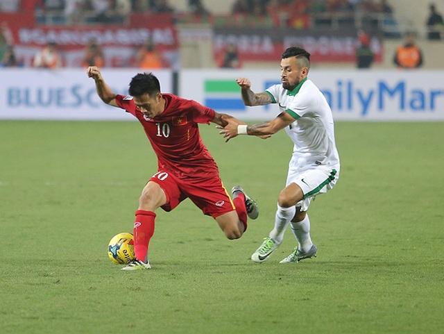 Văn Quyết (trái) đi bóng trước sự truy cản của cầu thủ Indonesia, ảnh: An An