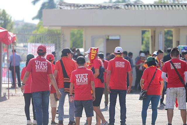 Các cổ động viên Việt Nam có mặt ở sân Thuwunna từ khá sớm