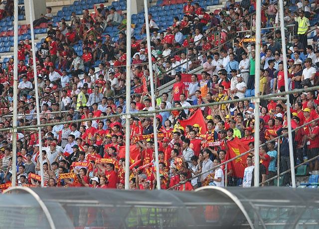 Người hâm mộ đã không ngại đến sân cổ vũ cho thầy trò HLV Hữu Thắng