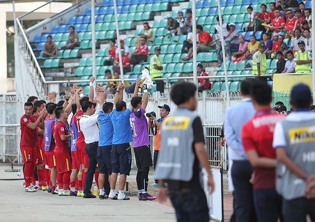 Thầy trò HLV Hữu Thắng cảm ơn các cổ động viên Việt Nam trên sân Thuwunna