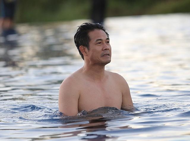 Các tuyển thủ đội tuyển Việt Nam nô đùa dưới bể bơi - 1