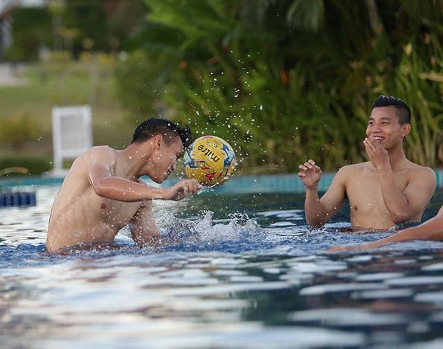 Các tuyển thủ đội tuyển Việt Nam nô đùa dưới bể bơi - 4