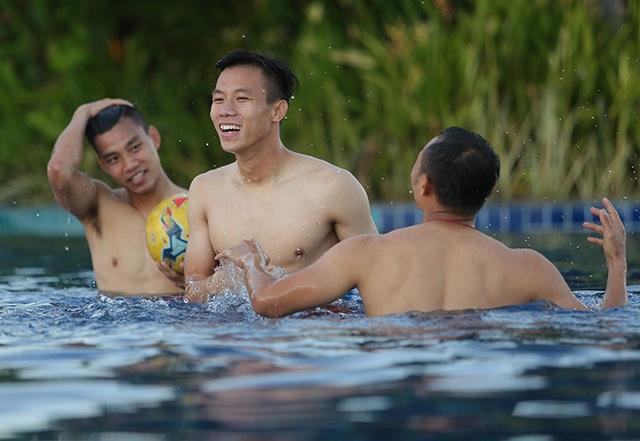 Các tuyển thủ đội tuyển Việt Nam nô đùa dưới bể bơi - 6