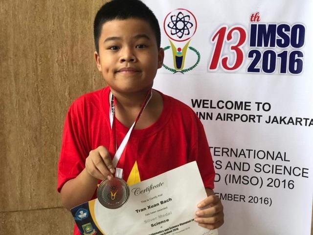 Niềm vui của Trần Xuân Bách khi nhận huy chương bạc cuộc thi IMSO.