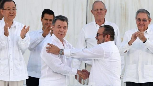 Tổng thống Colombia Juan Manuel Santos và chỉ huy lực lượng FARC Timoleon Jimenez bắt tay sau lễ ký kết, trước sự chứng kiến của đông đảo các lãnh đạo thế giới (Ảnh: AFP)