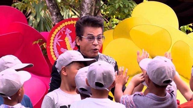 """MC Thanh Bạch """"quẩy hết mình"""" với các cầu thủ nhí - 2"""