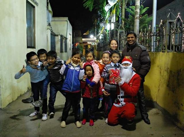 Lê Mậu Sỹ đã có thâm niêm 3 năm làm ông già Noel tặng quà cho các bé