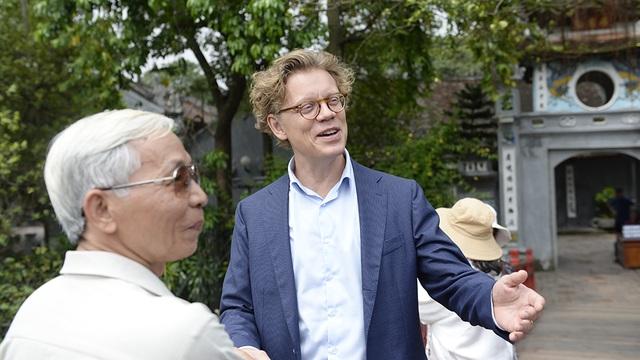 Ông Hogberg trò chuyện với một người Việt khi tới thăm đền Ngọc Sơn, Hà Nội ngày 9/9 (Ảnh: Mạnh Thắng)