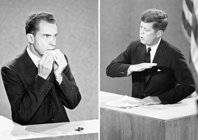 Trong khi Kennedy ghi điểm bằng phong thái tự tin, điềm tĩnh thì ông Nixon trông ốm yếu và liên lục lau mồ hôi. (Ảnh: AP)