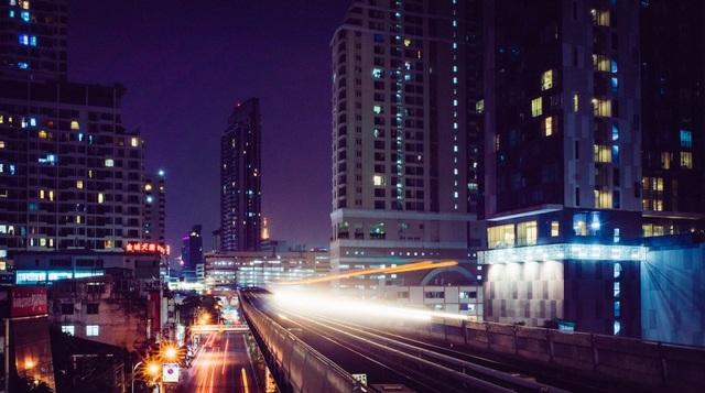 Một trong những phương tiện phổ biến được nhiều du khách lựa chọn khi tới Bangkok là tàu cao tốc trên cao BTS (Skytrain). Các trạm kết nối với nhiều trung tâm mua sắm sầm uất, điểm tham quan chính và đặc biệt dễ sử dụng. Đây cũng là thành phố duy nhất ở Thái Lan có đường sắt trên cao và tàu điện ngầm. Các trạm BTS cũng là một trong những điểm thu hút với du khách.