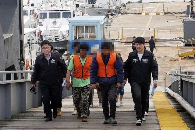 Ngư dân Trung Quốc đánh bắt cá trái phép bị cảnh sát Hàn Quốc bắt giữ (Ảnh: Straitstimes)