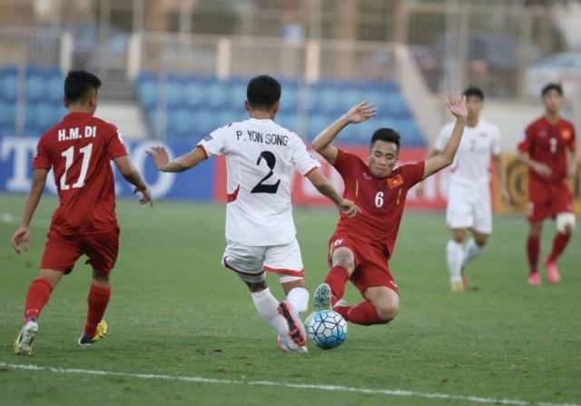 Hai cầu thủ U19 Việt Nam chăm sóc cầu thủ đối phương
