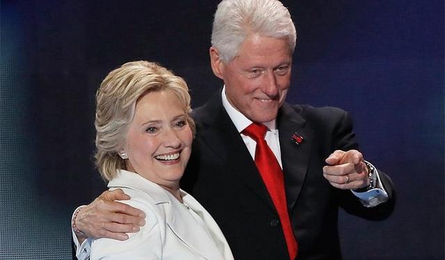 Vợ chồng bà Clinton (Ảnh: National Review)