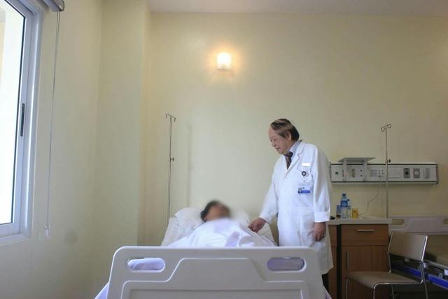 GS Quán Anh thăm bệnh nhân sau ca phẫu thuật.
