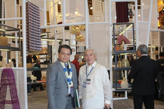 Đại sứ Trương Triều Dương chụp ảnh cùng đại diện đoàn Việt Nam, ông Trương Phi Đức, tại hội chợ (Ảnh: Đại sứ quán Việt Nam tại Philippines)