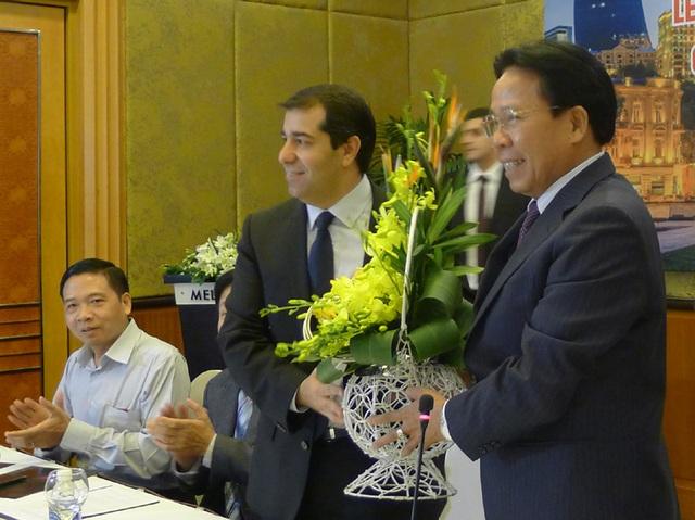 Chủ tịch Hội Hữu nghị Việt Nam - Azerbaijan Nghiêm Vũ Khải (phải) tặng hoa cho Đại sứ Anar Imanov tại buổi lễ (Ảnh: An Bình)