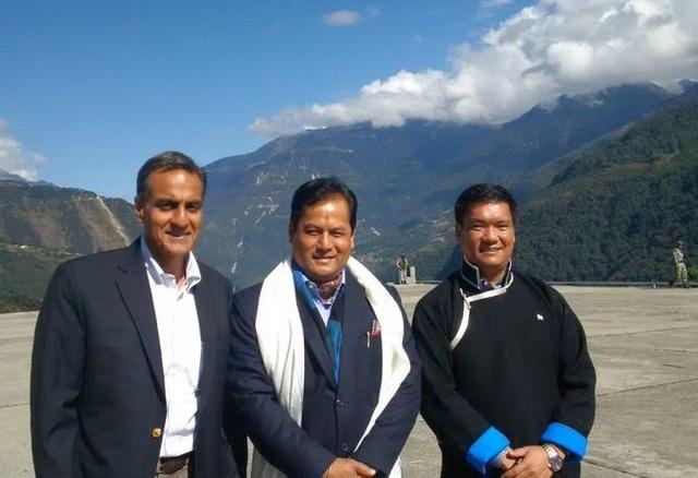 Đại sứ Mỹ tại Ấn Độ Richard Verma (bên trái) và các quan chức bang Arunachal Pradesh (Ảnh: Twitter)