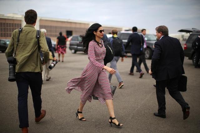 Huma Abedin, 40 tuổi, trẻ trung và xinh đẹp khi sải bước tại sân bay Ronald Reagan Washington tại thủ đô Washington hôm 17/9.