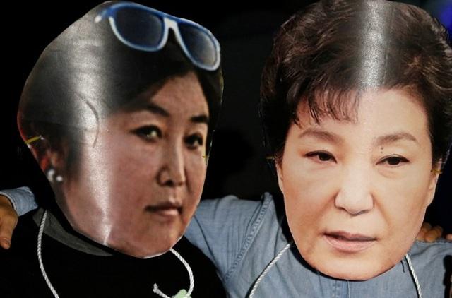 Người biểu tình Hàn Quốc làm hình nộm mô phỏng Tổng thống Park Geun-hye và người bạn Choi Soon-sil. (Ảnh: AFP)
