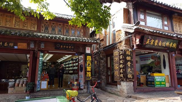 Những quán hàng bằng gỗ nhỏ xinh nằm dọc theo những lối mòn nhỏ lát đá đẹp như trong truyện cổ tích, rất thơ mộng và lãng mạn.