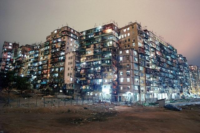 """Một thông tin chắc sẽ khiến bạn phải cảm thấy shock đó là mật độ dân cư ở Hồng Kông năm 1985 cao gấp 119 lần của thành phố New York, Mỹ hiện tại. Vì vậy có được một tấc đất ở đây còn quý hơn vàng. Bên cạnh những tòa biệt thự, những khu chung cư cao cấp dành cho người giàu thì nơi đây vẫn tồn tại rất nhiều khu nhà """"cũ nát"""" dành cho người lao động nghèo."""