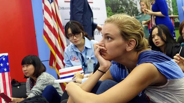 Các bạn trẻ chăm chú theo dõi kết quả bầu cử tổng thống tại Đại sứ quán Mỹ ở Hà Nội (Ảnh: Mạnh Thắng)