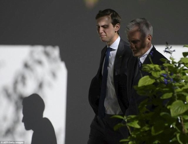 Con rể của ông Trump, Jared Kushner (trái), cũng có cuộc gặp với Chánh văn phòng Nhà Trắng Denis McDonough (Ảnh: AFP)