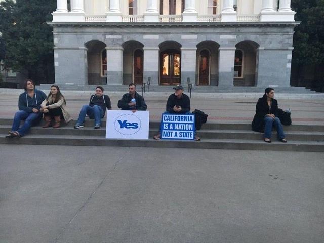 Những người tham gia chiến dịch đòi California độc lập khỏi Mỹ (Ảnh: Yahoo)