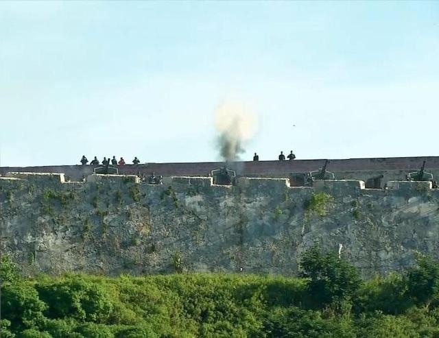 Các binh sĩ bắn 21 phát đại bác từ pháo đài Morro ở Havana, bắt đầu lễ tang lãnh tụ Fidel Castro (Ảnh: Reuters)