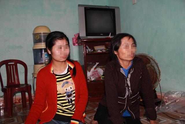 Chị Th. cùng con gái lớn đang kể lại câu chuyện cuộc đời mình
