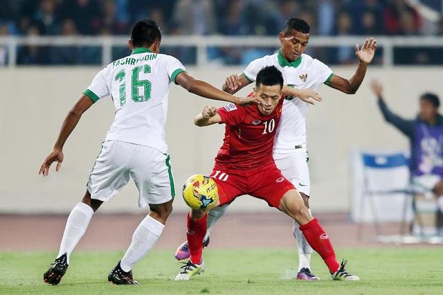 Văn Quyết (giữa) trong vòng vây của các cầu thủ Indonesia, ảnh: Minh Phương