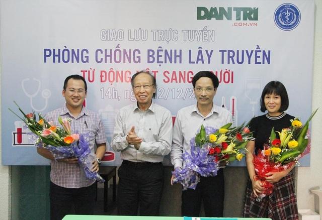 Nhà báo Phạm Huy Hoàn, TBT báo Điện tử Dân trí (thứ 2 từ trái sang) tặng hoa các khách mời đến từ Cục Y tế dự phòng, Viện Vệ sinh dịch tễ và Cục Thú Y