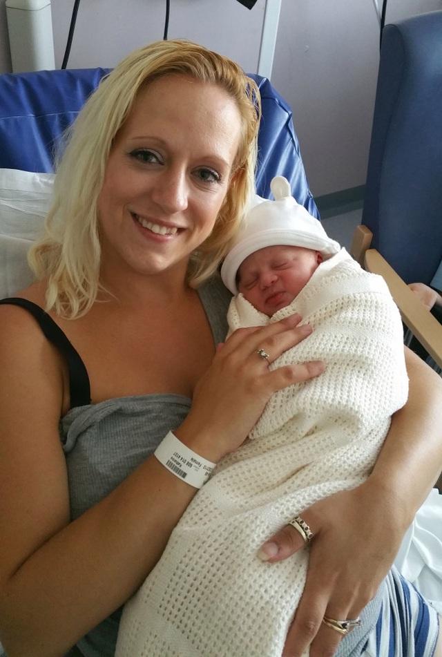 Mẹ Kat đã sinh bé Ryder trong buồng tắm mà không hề đau đớn
