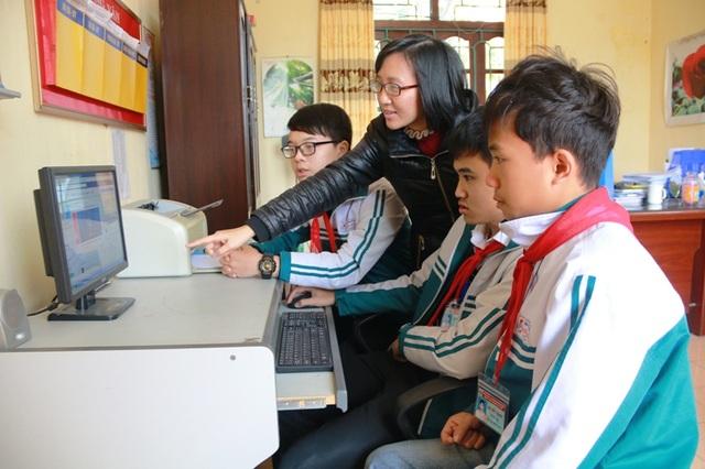 Cô giáo Vũ Ngọc Lan Anh hướng dẫn học sinh vào trang fanpage lịch sử của trường để học bài và ôn tập