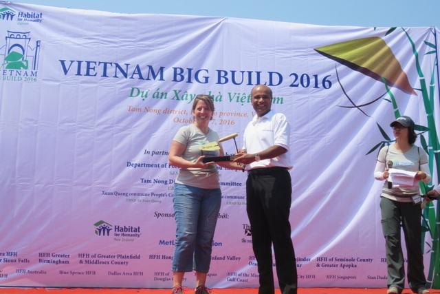 Đại diện tổ chức Habitat Việt Nam trao biểu tượng dự án cho ông Gaurav Sharma, Tổng Giám đốc BIDV MetLife