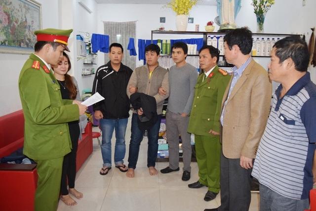 Cơ quan điều tra, Công an tỉnh Thừa Thiên Huế thi hành lệnh khám xét nơi ở đối tượng Nguyễn Hoàng Tâm (thứ 4 từ trái qua) tại Đà Nẵng