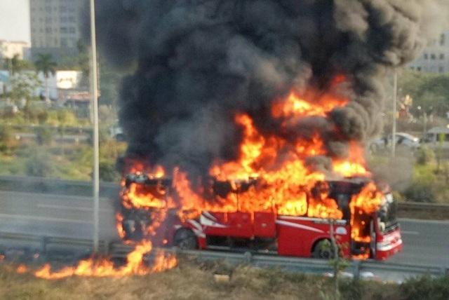 Chiếc xe khách bốc cháy dữ dội.