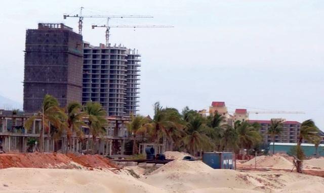 Các dự án ven biển mọc lên chặn lối xuống biển của người dân. Ảnh: PV.