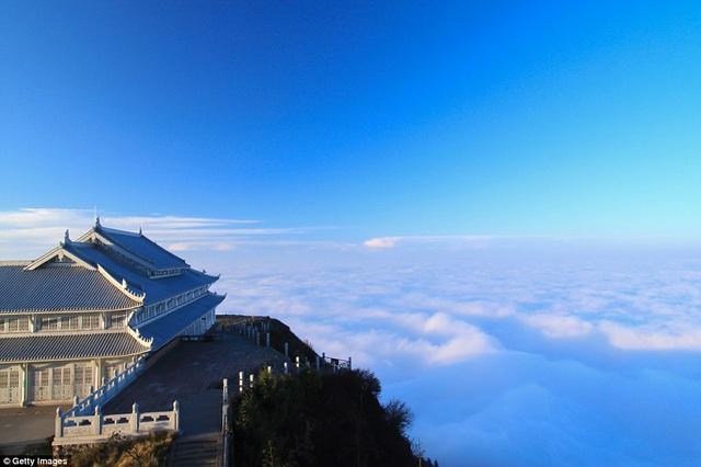 Ngôi đền Woyun là một trong hai ngôi đền của núi Nga Mi trong ngày chiều muộn. Phía xa, du khách có thể ngắm nhìn cả biển mây bồng bềnh.