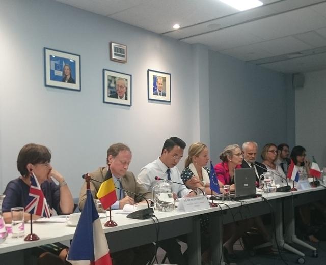 Trưởng phái đoàn Liên minh châu Âu (EU) tại Việt Nam Bruno Engelet (thứ hai từ trái sang) và đại diện các Đại sứ quán quốc gia thành viên trong cuộc họp báo ngày 21/9.
